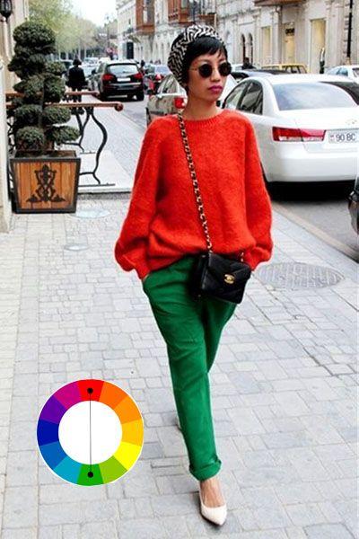 Look com cores complementares calça verde e blusa vermelha com scarpin branco