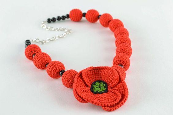 Collier tricoté fait main original Fleurs de pavot de Threadmagic sur DaWanda.com