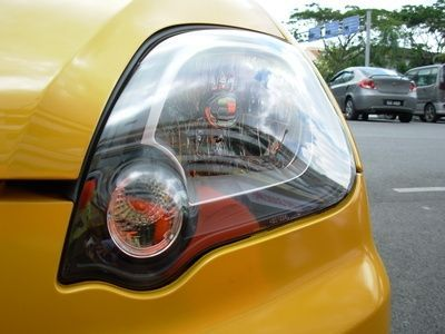 DIY Cleaning of Discolored Headlights With Toothpaste thumbnail