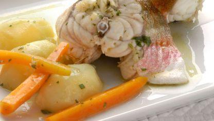 Receta de perlón cocinado en cazuela con verduras y acompañado de un mojo de ajo, guindilla y comino.