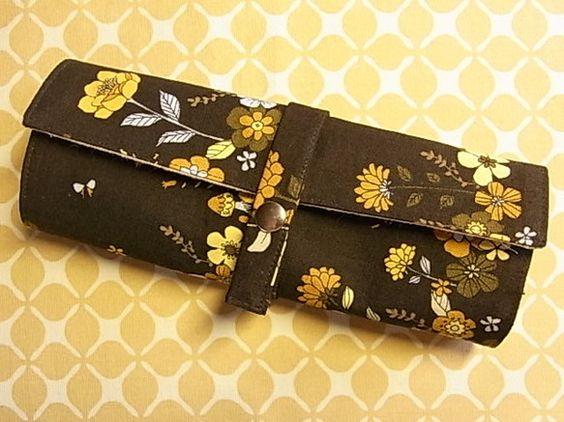 こちらは、花柄化粧筆ケース(濃茶)になります。レトロ感のある花柄や色合いがとても可愛らしいです。太筆…3本、中筆…3本、細筆&he...|ハンドメイド、手作り、手仕事品の通販・販売・購入ならCreema。
