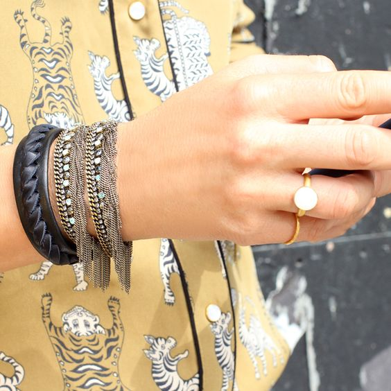 Leather bracelet, silver fringes bracelet and gold ring... Click on the photo to see the brands