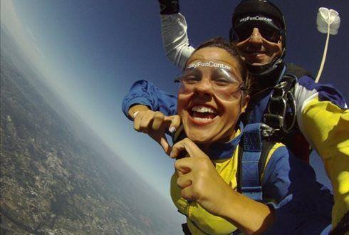 Está na hora de dar um salto na sua vida! Com a Sky Fun Center vale de desconto de 75€ por 19,99€ para um salto tandem ou de 150€ para dois saltos, por 29,99. Atire-se de cabeça a 4200 metros de altitude. - Descontos Lifecooler