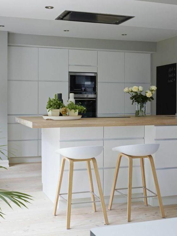 skandinavisches-Interieur-weiße-Hocker-minimalistische-Küche ...