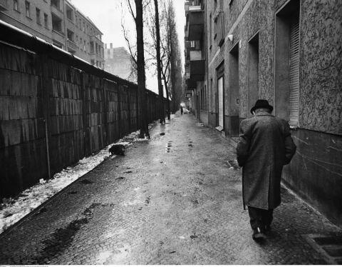 Lebensalltag in West-Berlin, 1977.Die Mauer ist hier in Richtung Ost-Berlin zurueckversetzt,um den Bewohnern der zu West-Berlin gehoerenden Haeuser den Zugang zu ihren Wohnungen zu ermoeglichen.