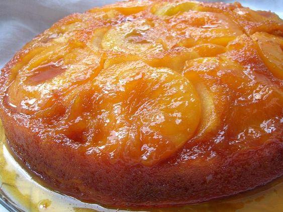 Gâteau caramélisé aux pêches .. Un gâteau très simple, délicieux et peu coûteux.