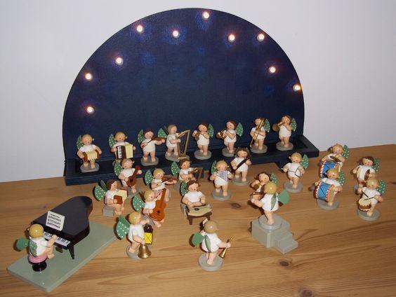 Erzgebirge Elf Punkte Engel Orchester vor selbstbemaltem Holzhalbkreis mit LED Lämpchen.