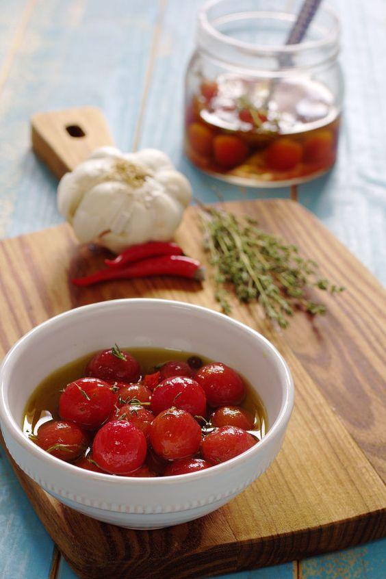 Cinco Quartos de Laranja: Tomate cereja marinado com tomilho