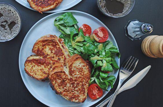 Rezept - Herzhafte Arme Ritter mit Käse und Haselnusskruste, dazu Salat