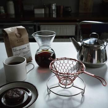 モダンな雰囲気がお洒落な手編みのコーヒードリッパーです。フィルターは円錐型のものを使います。コーヒーの粉が長い時間お湯に触れているため、コーヒーの旨みをしっかりと抽出することができます。プレゼントにもおすすめの逸品です。辻和金網