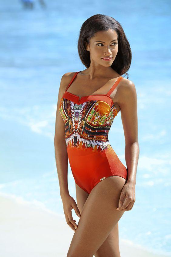 Bandeau-Badeanzug von SUNFLAIR mit ethnisch inspiriertem Druckdessin auf rot-orangenem Farbverlauf.