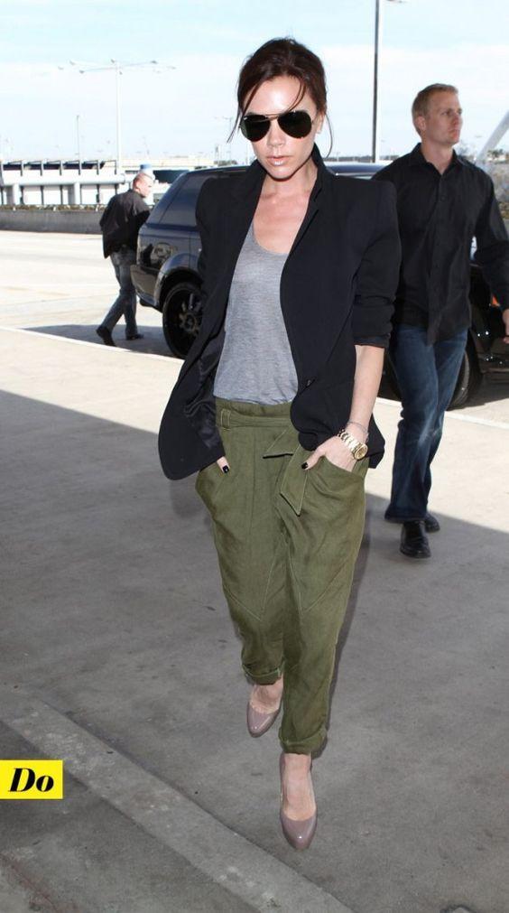 Classe et simplicité. Veston noir sur haut gris + pantalon kaki et escarpins.
