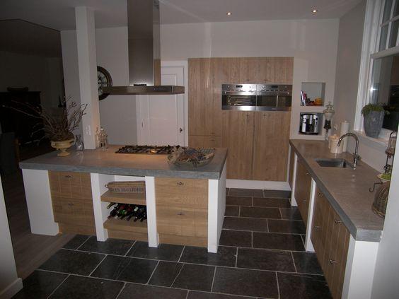 Houten front voor ikea keuken. hoge kastenwand met daarin de oven ...