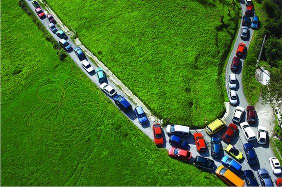 a coletividade do trânsito em intervenção de Maider López.  conteúdo da PISEAGRAMA, o único espaço público periódico do Brasil.  conheça: http://bit.ly/PISEAGRAMA