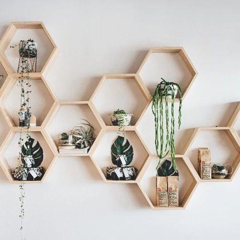Houten hexagons aan de muur