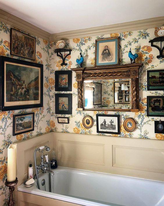 My favourite bathroom @violetburns @countrylifemagazine #interiors #wallpaper #fulllook #bathtime #fridaynight
