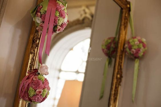 Sfere di fiori  per decorare questo magnifico specchio utilizzato come tableau per un allestimento in perfetto stile shabby chic, realizzato in una meravigliosa location della costiera amalfitana.