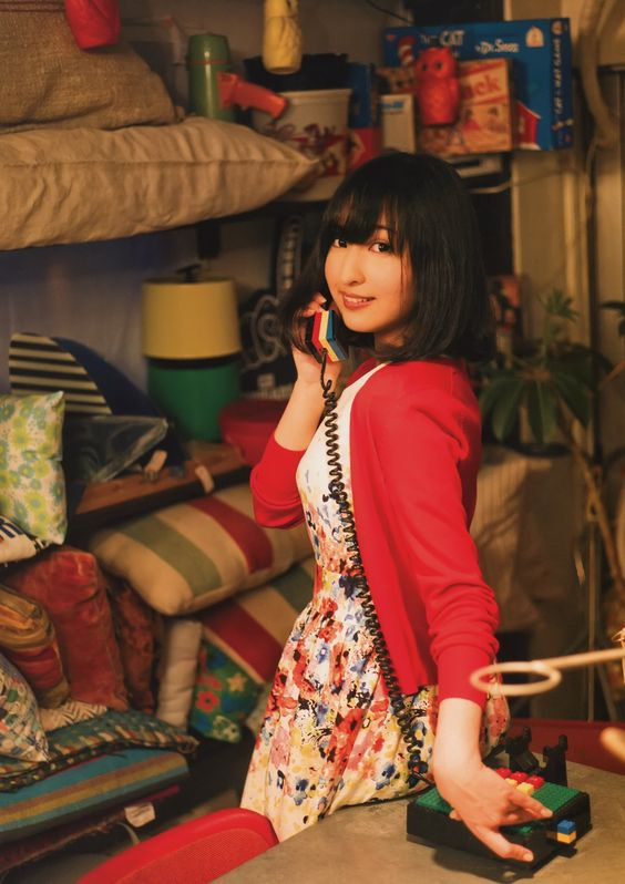 電話をかける佐倉綾音さん