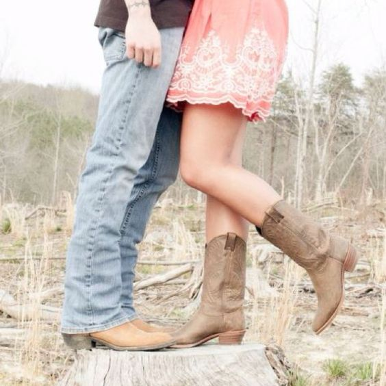 Engagement pictures. Tree stump. Country style. Britix Images.