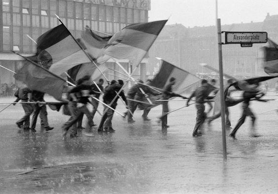1. Mai Demonstration auf dem Alexanderplatz, Berlin-Mitte, 1987.