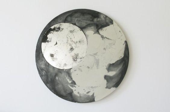LIQUID est une série de miroirs muraux. Ils se composent d'un disque de béton coulé avec des pigments dans lequel est imbriqué un miroir circulaire dont la