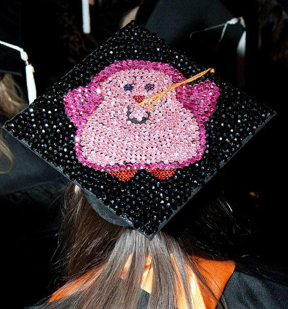 Feiern mit Stil und dem passenden Outfit: #Doktorhüte für #Abiball #Abifeier #Abschlussfeier. Bei abigrafen.de könnt ihr euren #Doktorhut bedrucken lassen: Ob #Abimotto oder #Abispruch. #Mortarboard #Collegehut # Abschlusshut #Abihut #grad caps #design #decoration