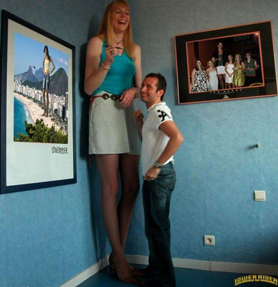 висока жена За по-забавни снимки, посетете http://funnyneel.com/funny-pictures http://FunnyNeel.com).  Следвайте ни www.pinterest.com/webneel/funny-pictures