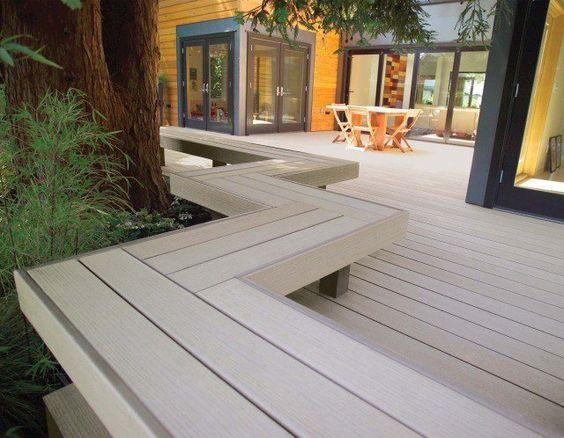 terrasse en bois composite et banc tout le long de la bordure