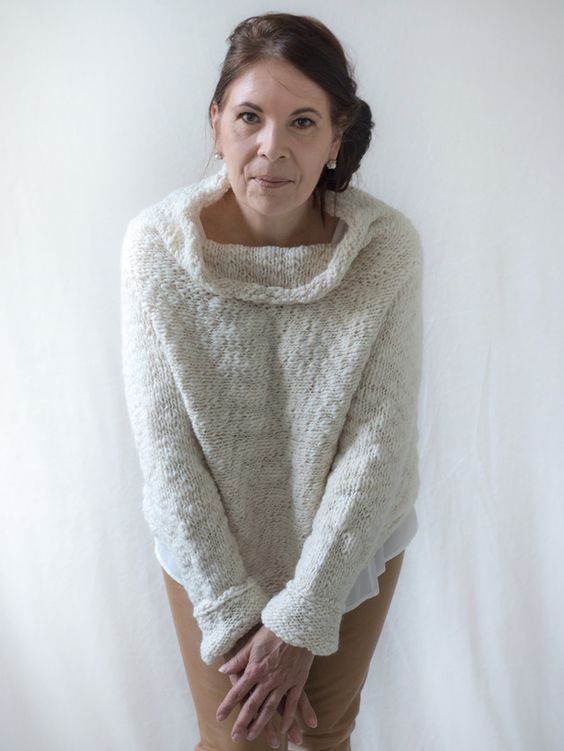 Der handgestrickte, creme-weiße Pullover im angesagten Oversized-Look - DasTeil für Dich.  In einem Stück gestrickt, fällt der langarm Pullover mit Naturfaser fließend.