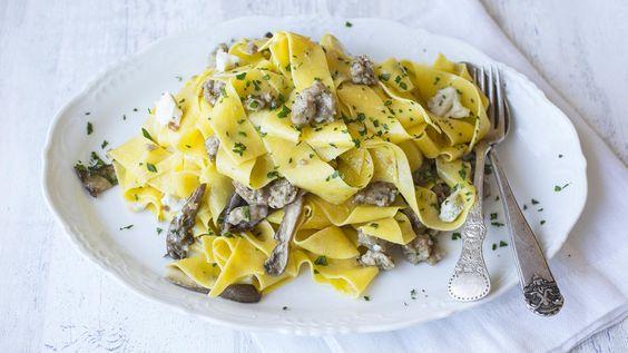 Bredbåndspasta med italiensk pølse, sopp og mild gorgonzola