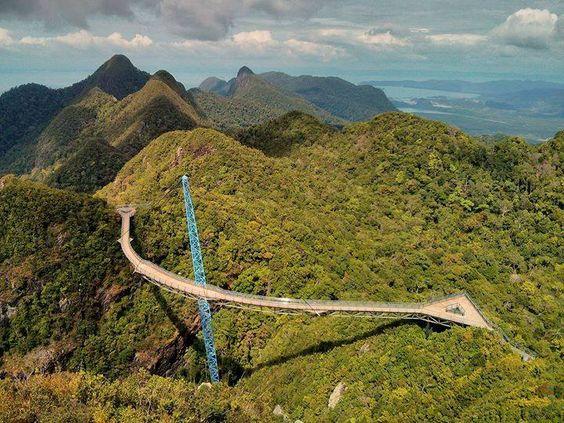 Malezya'daki dünyanın en yüksekte bulanan yürüyüş köprüsü Sky Brdige.