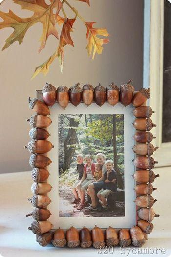 フォトフレームの木枠に貼り付けて。拾ったどんぐりとともに、秋の思い出を飾ることができます。