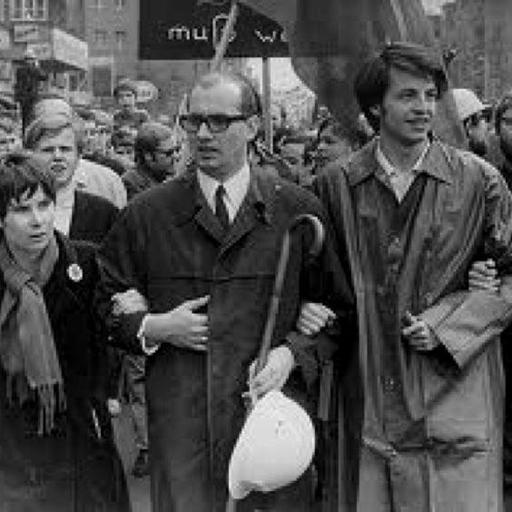 Horst Mahler (en medio, de lentes) en su época de militancia de izquierda en la banda terrorista alemana Baader Meinhof. Posteriormente se declararía maoísta para después dar el bandazo ideológico final: se convirtió en revisionista histórico, furibundo antisemita y apologista del nazismo.