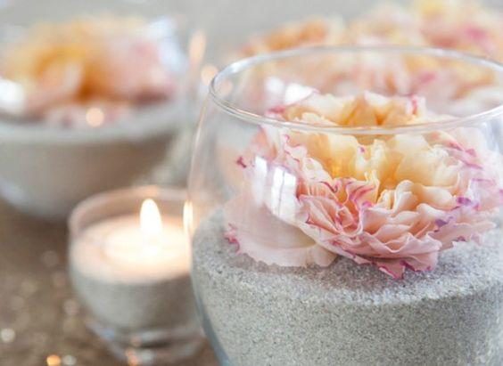 centro-de-mesa-flores-e-areia-composição