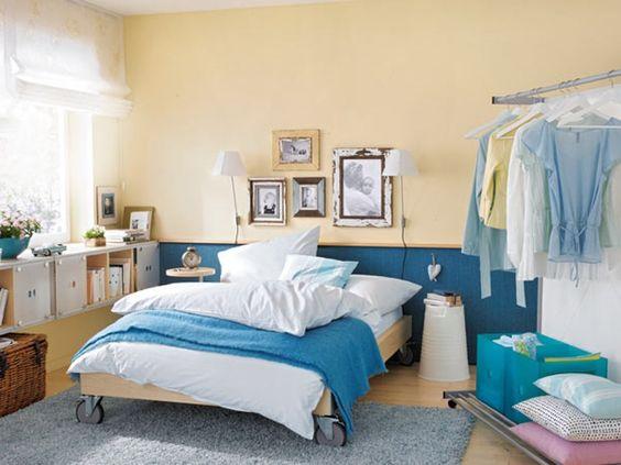Bett auf Rollen kann man unter Hängeregale schieben, sodass ein Sofa entsteht (besser ein 90cm breites)
