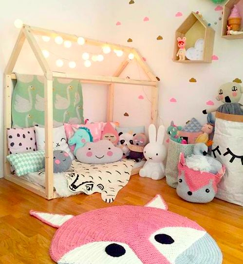 QUARTO DE PELÚCIA | transforme o quarto de dormir em playroom ao dar um toque na decoração bem descontraído e espalhar brinquedos por toda parte. #TecnisaDecor #Playroom #Kids #DiadasCrianças #Inspire-se #Tecnisa Foto: Decoholic
