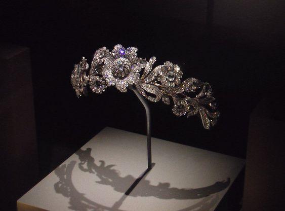 Resultado de imagen para tiaras y diademas reales florales