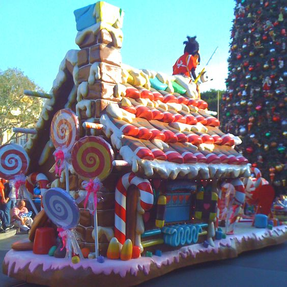 Christmas Parade in Disneyland with an Eggnog Latte = total bliss.