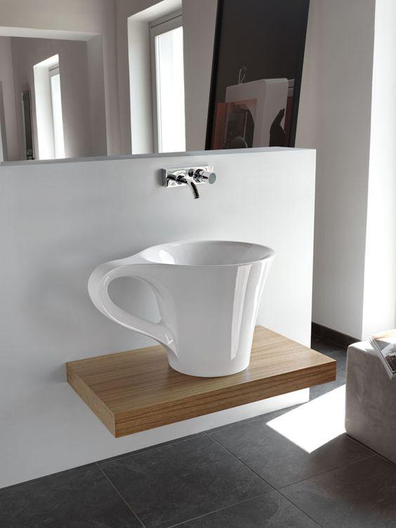 baño con lavabo de diseño sobre encimera de madera extraplana ...