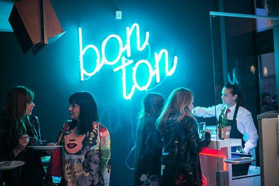 Bon Ton concept store - Dežmanov prolaz Bon Ton Store & Gallery zamišljen je kao concept store u kojemu je osnovna misao vodilja  glazba. Od Revox pojačala do Rotary miksera, čak i magnetofonskih traka, upotpunjeno knjigama, modom i svime onime što život čini lijepim. Mjesto gdje ćete rado doći i poslušati omiljenu ploču na vintage Celsetion Deeton zvučnicima promatrajući Dežmanovu kroz prostrane staklene izloge galerije.
