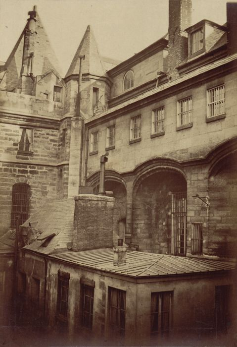 Toits des bâtiments de la cour attenante vus depuis un  étage - Ancienne Préfecture de police de Paris, rue de Jérusalem, 1850-1854 par Pierre Ambroise Richebourg.