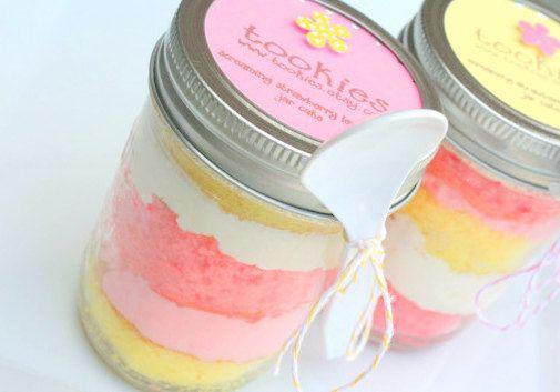 Screaming Strawberry Lemonade Jar Cake.  Aren't these adorable?