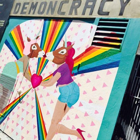 街中アート、民主主義アート、馬チュ #democracy #art #horse #kiss #rainbow #missiondestrict #SF #sanfrancisco #trip #travel #nayumitravel #馬チュ #民主主義 #愛でもなんでもキスでもいいからいろいろしてたいわ #もうわたしをとめないで #ヒヒーン #