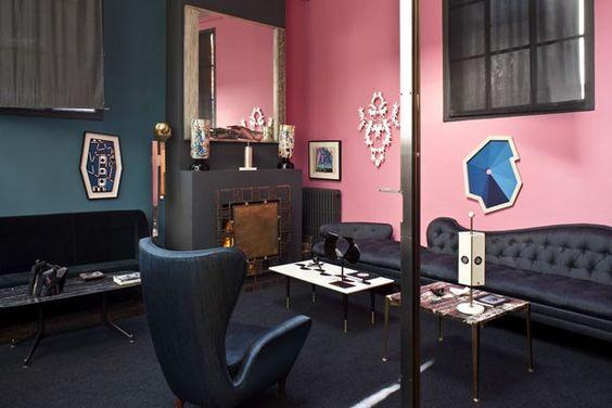 Parede iluminada Neste apartamento-ateliê em Paris, o rosa foi a cor escolhida para revestir uma das paredes do living. A cor do momento acende o décor do ambiente, já que os móveis e obras de arte têm tons escuros e mais sóbrios