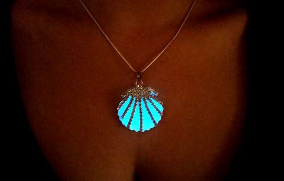 Glow in the Dark Mermaid Necklace Glowing von FishesGiveKisses