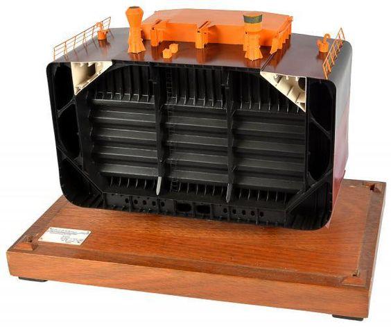 Maquete naval construído pelo design Gilberto Antunes em madeira nobre retratando o porão
