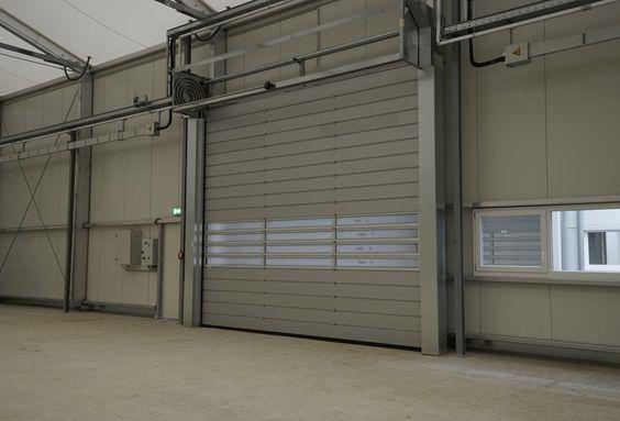 Wir rüsten eure mobile Halle mit den von euch ausgesuchten (Roll-) Toren, Fenstern und euren individuellen Abmessungen aus.