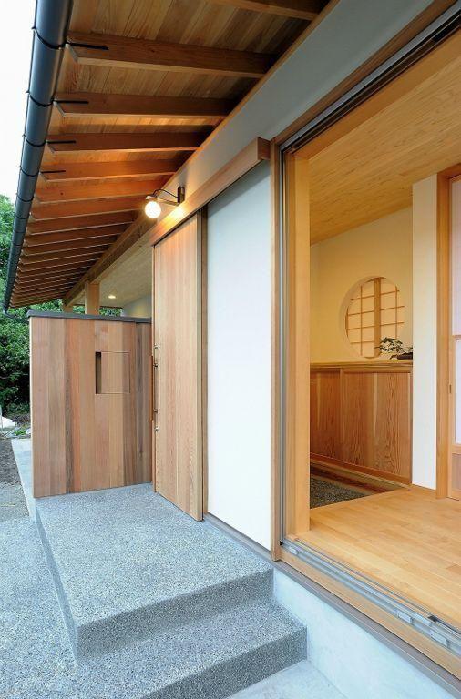 平屋の家 玄関アプローチ 屋根は 素材感を出す事で 陰影を