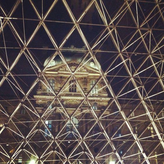 museo louvre / piramide / paris / parigi