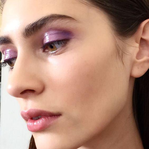 Nina Ricci e o olho com quê poético, sombra lilás com aspecto molhado - aqui, no lugar do gloss foi usado o 8 Hour Cream da Elizabeth Arden por cima